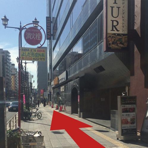 【道案内7】カラオケパセラを右手に見ながら、大きな通りをまっすぐ進みます