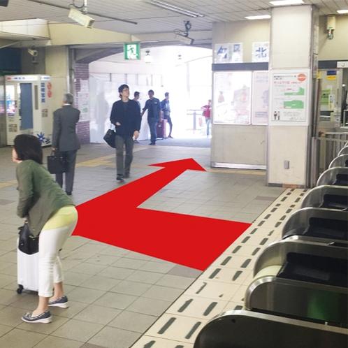 【道案内2】関内駅北口の改札を出たらすぐに右へ