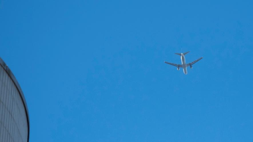 飛行機 天気のいい日はもちろん、曇天時もすぐ頭の上を飛んでいるような臨場感