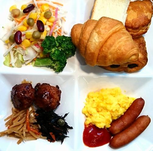 無料朝食(6:30~9:30AM)はバイキング形式なので、お好きな物をお好きなだけ♪