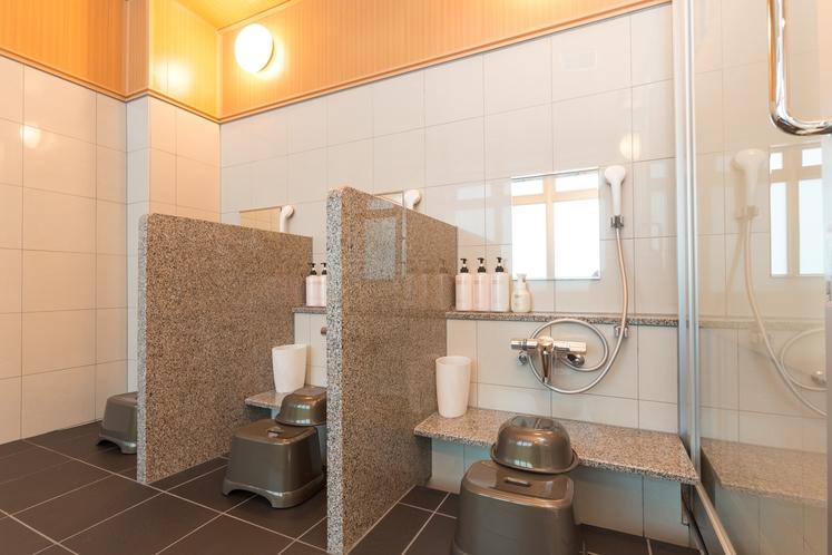 大浴場 ゆったりスペースで使いやすい洗い場です。