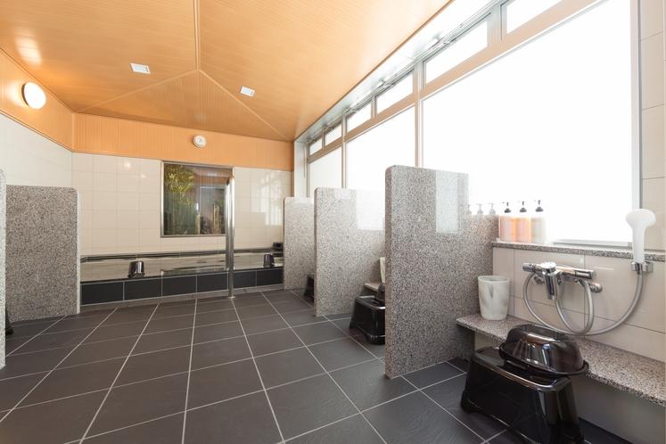 大浴場 洗い場のスペースは大きめにしつらえております。
