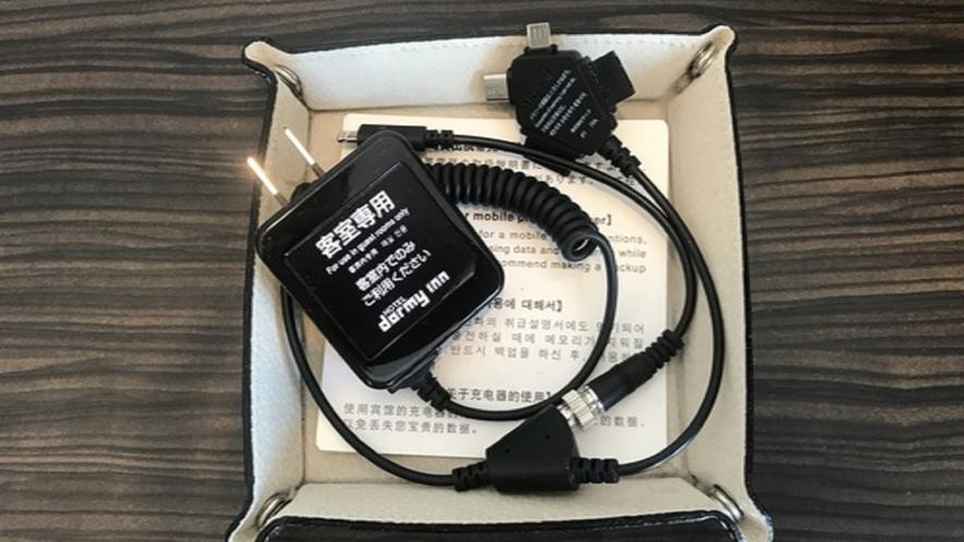貸出用充電器です。マルチタブの為、様々な機種の携帯でご利用いただけます。