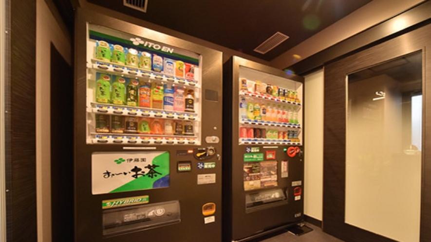 1F・2Fに自動販売機がございます。お酒類は2Fの自動販売機でのみ販売しております。