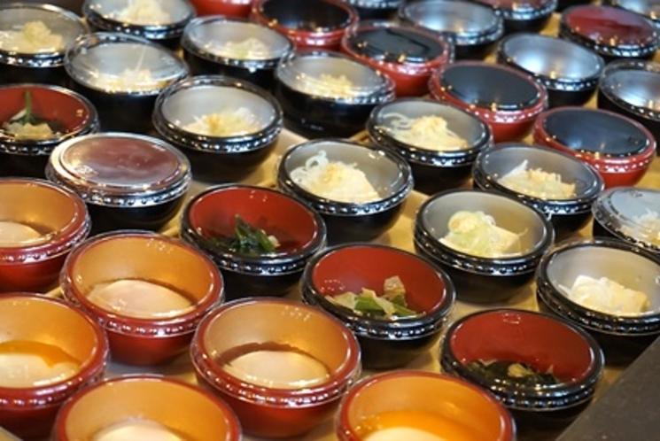 【小鉢コーナー】冷奴やおひたし、温泉卵など、10種類以上の和食小鉢