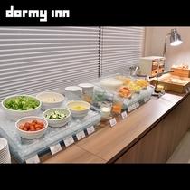 【サラダ・フルーツコーナー】各種サラダにトッピングも充実、お好みでどうぞ!