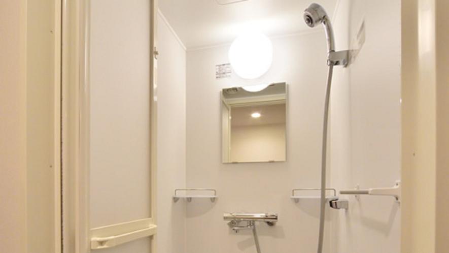 使い勝手の良いシャワールームを完備。(セミダブルルームのみバスタブのご用意となります)