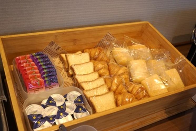 【パンコーナー】クロワッサン、ミニ食パン、ミルクパンの3種類!