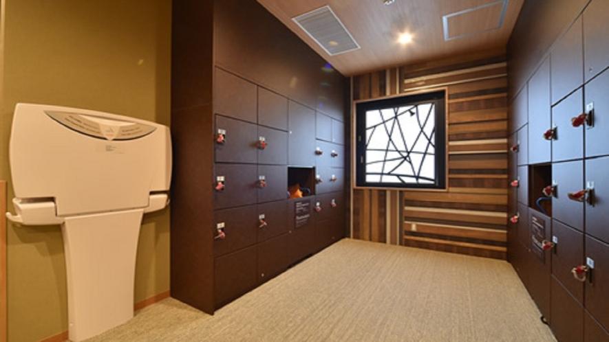 女性・男性ともに大浴場内脱衣場には鍵付きロッカーを完備しております。