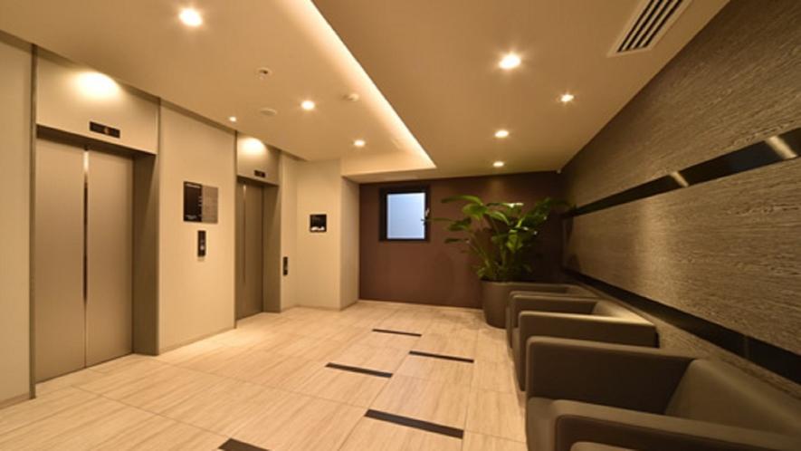 館内のご移動は2台あるエレベーターをご利用いただけます。カードキーシステムを導入しております