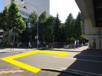 ⑩「WEST6」を出たら左手にある横断歩道を渡り、右へ曲がります♪