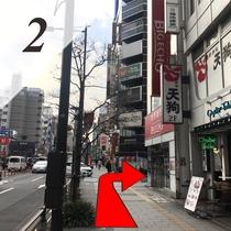 ②200m(徒歩2~3分)ほど直進し、カラオケ店の赤い看板(丁字路の角)を右折します。