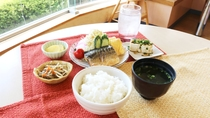 ・【和朝食】魚料理などをメインとした和の朝食。朝風呂の後に朝ごはんをお楽しみください♪