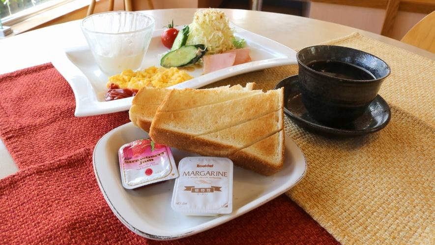 ・【洋朝食】トーストやヨーグルトなどの洋朝食。朝は温泉に入った後のご飯ですっきりした目覚めを♪