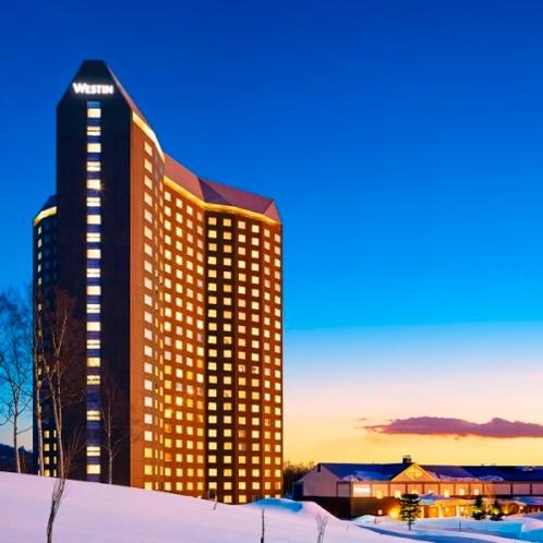 冬の外観: The Westin Rusutsu Resort in Winter Sunset