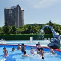 楽しい屋外プールは夏限定