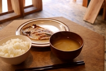 静岡お米と地元の食材を使ったこだわりの味噌汁。お好みで干物を買ってグリルで焼いて食べられます。