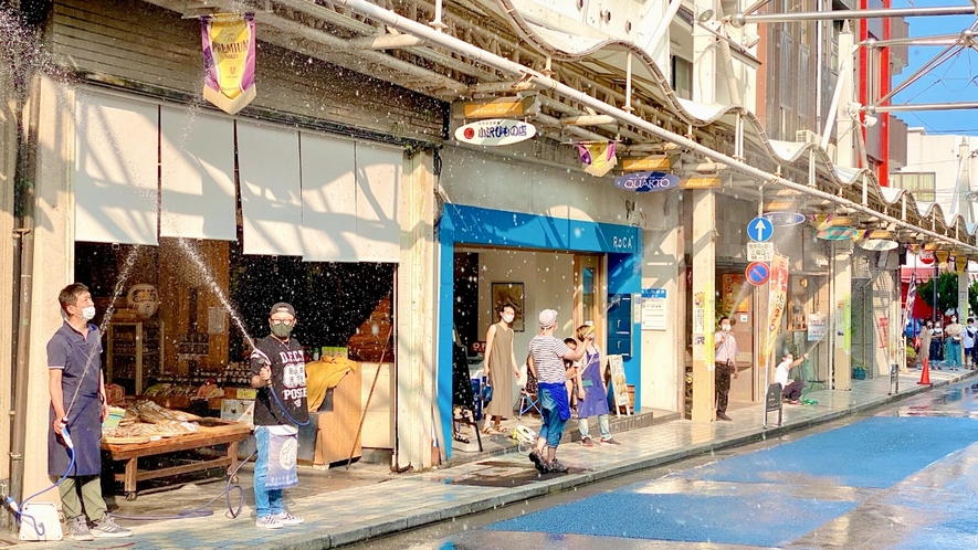 夏の風物詩の銀座商店街の水まき