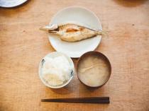 静岡県産のごはんと、地元素材を使ったみそ汁をご用意します。お好みで熱海の名産、干物もご一緒に。