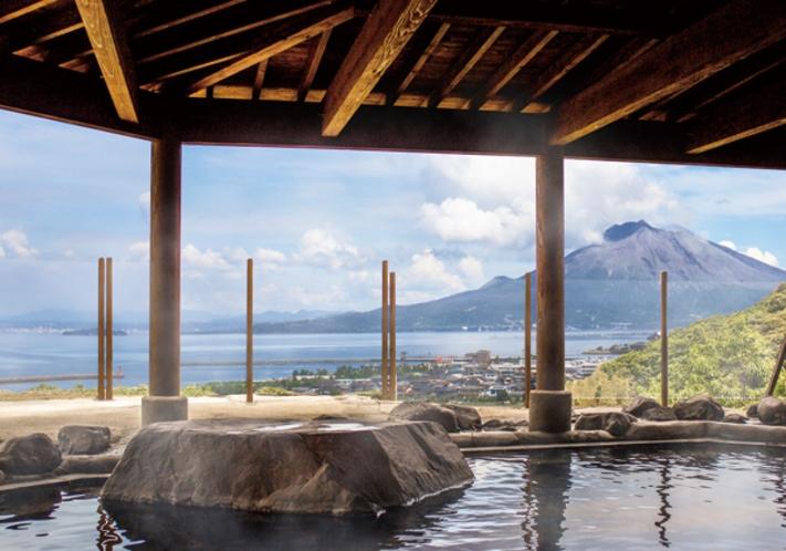 錦江湾や桜島を眺めながらの入浴をどうぞ。天然温泉成分は天然アルカリ温泉水【財宝】と同じ!