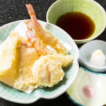 *料理一例(海鮮天ぷら)/手製の桜塩で食べるのがオススメです。