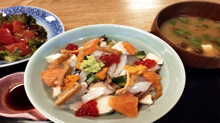 *朝食一例(海鮮丼)/ 朝から豪華な海鮮丼を堪能するならコチラ!