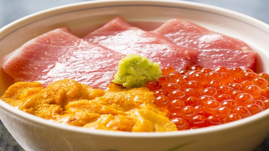 *料理のイメージ画像(トロウニちらし)/小樽王道の店主イチオシ丼ぶりです。