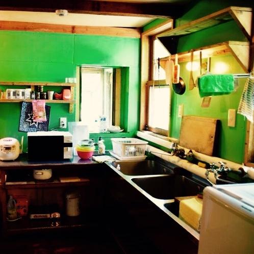 ・・調理器具の揃ったキッチン。冷蔵庫・ガスレンジ・電子レンジ等完備。