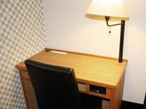 【ツインルーム】ツインルーム全客室には、ルームライト搭載した便利なデスクを採用♪