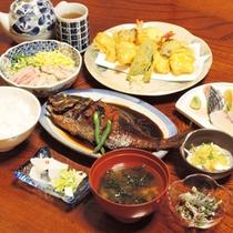 <夕食一例>島の恵みをふんだんに使ったメニューばかりです。