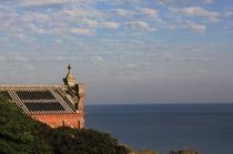 野首教会とエメラルドグリーンの海