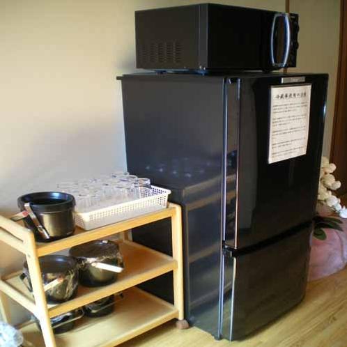 素泊りでも安心。冷蔵庫と電子レンジ(共用)を設置してます。
