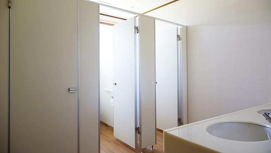 *共同女性トイレ*お手洗いはシャワー付きトイレ完備で1階、2階にそれぞれあり