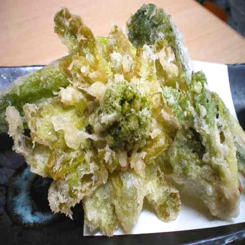 「夕食一例」山菜天麩羅盛り合わせ(うるい、こごみ、タラの芽、ふきのとう)