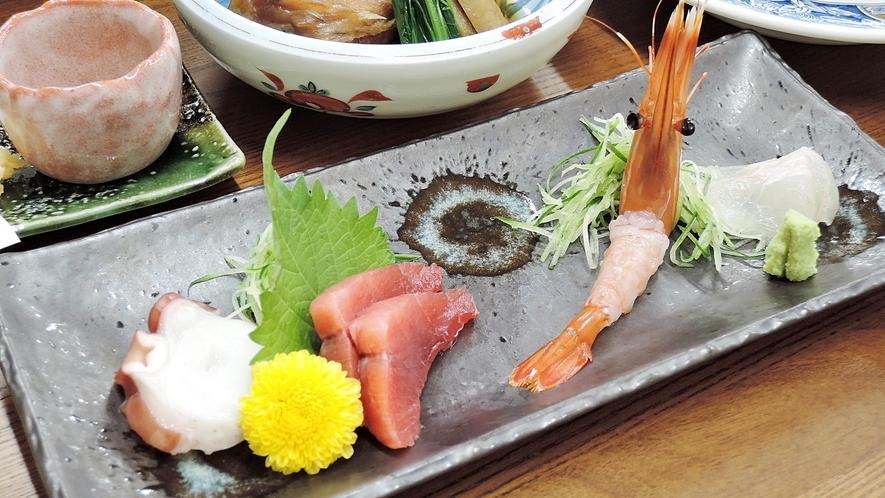 *夕食一例*鮮魚のお刺身は、季節などで内容が異なり、盛り合わせ風にご提供します。