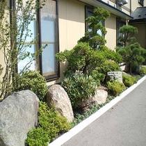 庭の石は震災後、沼田屋跡地に残った津波に耐えた石を運んで庭石にしてい