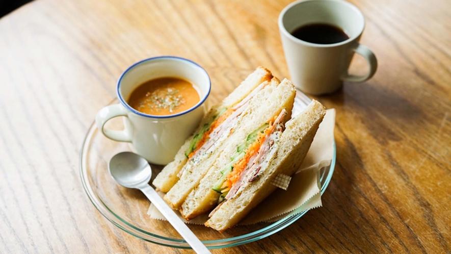 ・【カフェ】朝食は地元の野菜と食材をグラハムパンで挟んだサンドイッチとスープをご用意しております