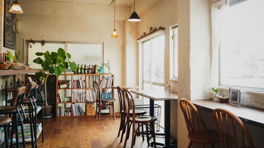 ・【カフェ】ガイドブックやご当地に関する文献も取り揃えております