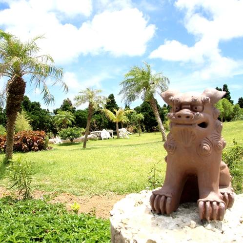 *周辺一例/沖縄といえばシーサー!空の青と緑がお互いを引き立てあって絵になります♪