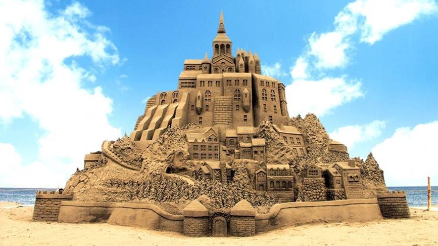 *【周辺】毎年夏に釜谷浜海水浴場で行われる芸術的な砂像の彫刻「サンドクラフト」。