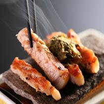 ■【絢 aya 会席】メインは信州ポークの石焼ステーキ。蕗味噌を添えて、熱々を召し上がれ!