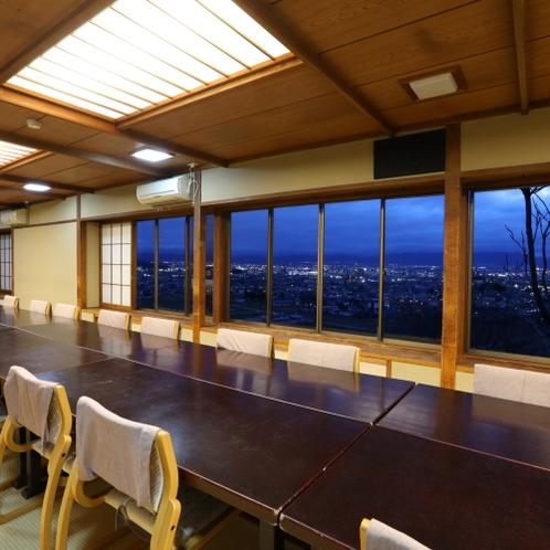 ■【お食事処】松本平の夜景を見ながら。大勢でのご利用も可能です。