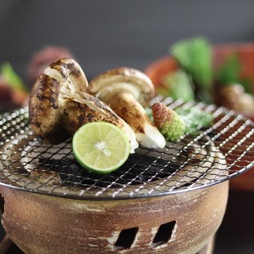 ■【松茸の網焼き】炭火でじっくりと焼くとジューシーに