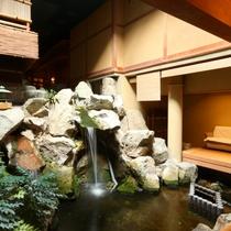 ◇館内に滝が。大浴場近くにあります。