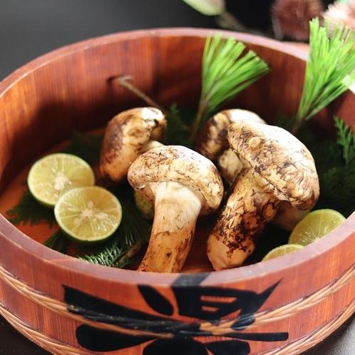 ■【松茸】当館では地元産の松茸を使用しております。