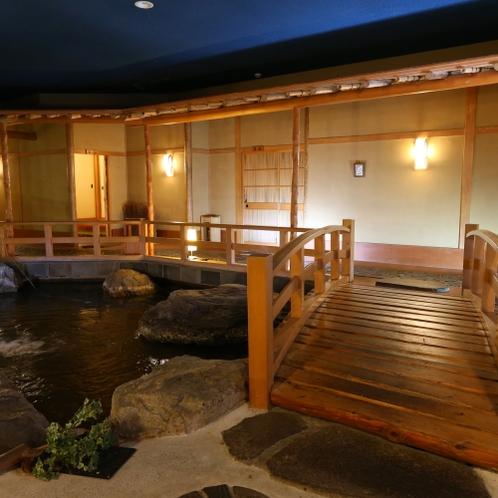◇建物の中に池が。橋を通って【標準的なお部屋】和室8畳~10畳+広縁へ
