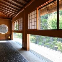 ◇2階の廊下は窓を大きくとっており、建物の中にいながら草木を楽しめます。