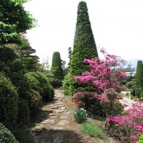 庭園の高台から望む桃山と松本市