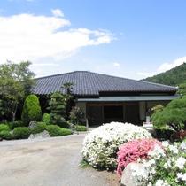 広大な日本庭園に佇む宿。5月頃にはつつじに包まれ華やか。