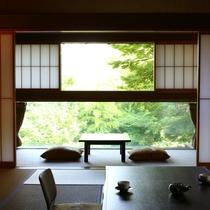 ■【和室12畳~15畳】広い窓から差し込む自然の光